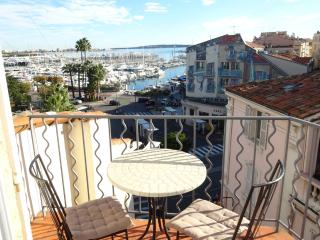 Cannes Studio de Le Port with sea view balcony, 3 mins walk to the beaches, A/C