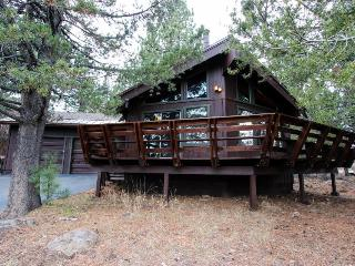 Secluded getaway with a cozy loft & access to shared pool, hot tub, gym & sauna!, Truckee