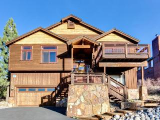 Mountain views, theater room & access to community center, Truckee
