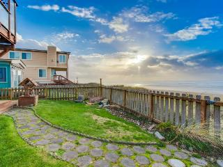 Waterfront, dog-friendly, home with hot tub - Only 75 feet from beach!, Waldport