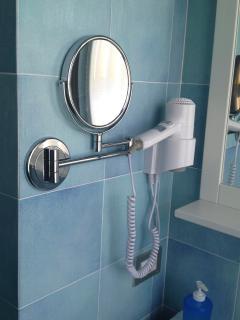 Sèche-cheveux et mirroir grossissant dans les 2 salles d' eau