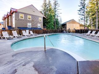 Upscale mountain lodge condo with shared pool, hot tub, & sauna!