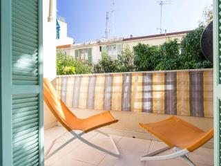 Large 2 bed in Nice steps from Promenade D'Anglais