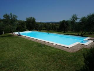 Farmhouse sleeps 6 + 2 w/pool amidst vineyards