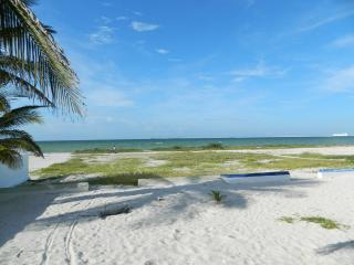 Lovely waterfront home    preciosa casa frente al mar, Progreso