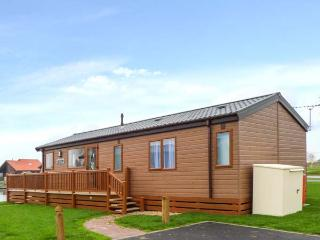 OWL'S NEST, detached, modern log cabin overlooking lake, hot tub, on-site facilities, in Tattershall, Ref 918270