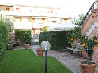 Luxury apartment with private garden & car port, Gavorrano