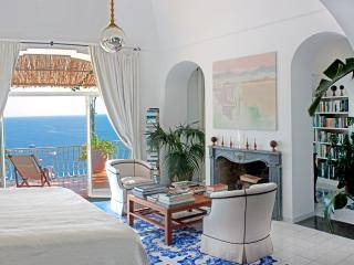 Master bedroom with king bed,  air conditioning and sea view.