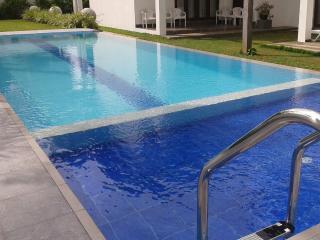 HikkaHome 5A/C B/R Luxury villa with private swimm