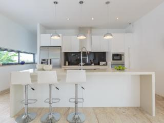Kitchen: Luxury European fit-out, including breakfast bar