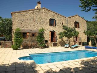 200 year old farmhouse, Large private pool, superb views, parking and wifi.