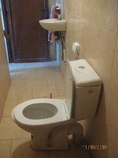 evry room have a private toilette and shower