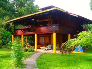 The Magic Moon Beach House! Deluxe 3 BR Beachfront, Puerto Viejo