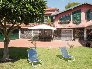 Vacation home in villa near Acireale sea. Wi-Fi.