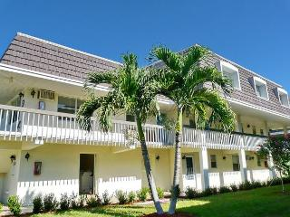 Private condo in quiet community with heated pool & walk to Resident's Beach, Marco Island