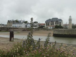Du côté dune opposé au chenal on voit la résidence avec les murs blancs, le seul appartement loué