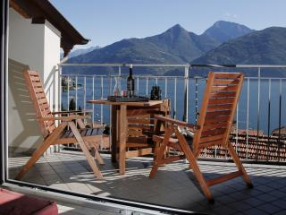 Casa Rossa, close to the lake with stunning views, San Siro