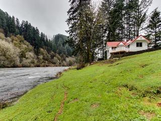 Dog-friendly cottage on the Siuslaw River - fantastic views!, Mapleton