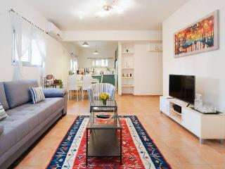 Charming2.5BD/sleep 7 near the beach, Tel Aviv