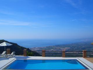 Villa in peaceful location. Private pool, aircon, wifi. Breathtaking views.