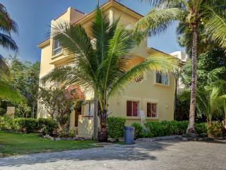 Great Value, steps from the beach 4 bedroom home,, Playa del Carmen