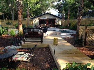Private retreat w/heated pool/spa in hidden garden, Isla de Saint Simons