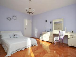 SUNNY  COSY APP.30m FROM BEACH. BEAUTIFUL SEA VIEW! GREAT LOCATION!