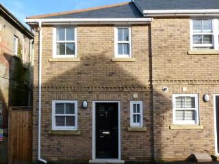 COSIE, town centre location, family holiday home, close to beach, in Shanklin, R