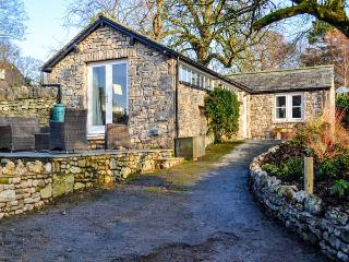 THE POTTING SHED, all ground floor, romantic retreat, patio with furniture, good touring base, in Burton-in-Kendal, Ref 916603, Burton in Kendal