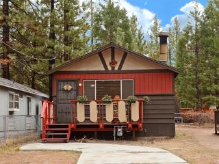 WiFi, BBQ, wood fireplace, very close to sledding!, Big Bear City