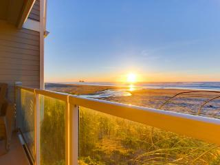 Luxurious oceanfront townhome w/ private hot tub, stellar views, and more!, Rockaway Beach