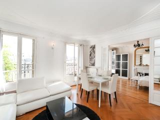 2BD/1BTH with balcony & last floor views near the louvre Museum