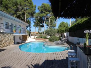 Villa Mercuri private pool and tennis court, Sitges