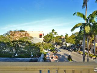 Fabulous downtown condo on 5th Ave overlooking the city, Naples