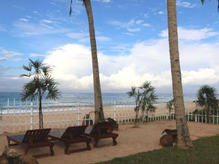 Hikkaduwa Ocean Front! 'The Palms Villa'