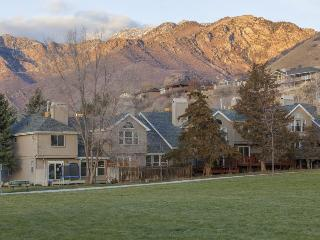 Updated condo w/ mountain views, gas barbecue, video games - close to skiing, Cottonwood Heights