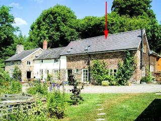 KING GROVE COTTAGE, semi-detached barn conversion, woodburner, shared front south-facing garden, in Clun, Ref 28737