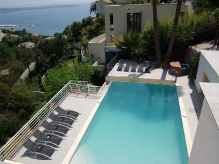 JdV Holidays Villa Fuchsia, 7 bedrooms, private pool, roof solarium and sea view, Golfe-Juan Vallauris