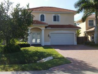 Beach House!  4 Br, few blocks to BEACH at Vanderbilt Bch, Nápoles