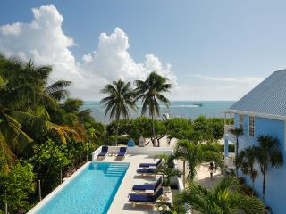 Weezie's Ocean Front Suites w pool, beach and dock, Caye Caulker