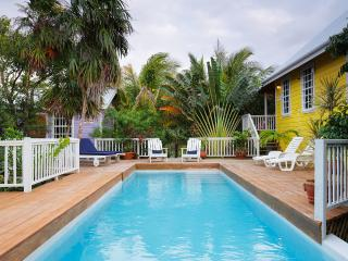 Weezie's Yellow Cottage 3 bedroom with a pool, Caye Caulker