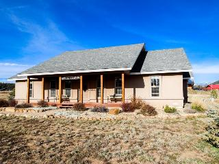 Luxury dog-friendly getaway with amazing views, jetted tub & fire pit!, Pagosa Springs