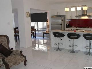 New modern holiday home in trendy suburb. Sleep 10, Brisbane