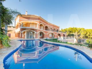 Stunning Villa With Two Apartments Sleeps 16, Campello