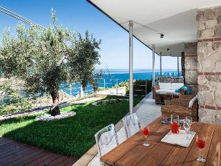 Ionian Riviera Apartment 3 Taormina renal with pool, holiday let in Taormina with pool, apartment for rent in Taormina