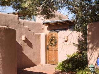 Adorable Adobe, Pristine, 2 Suites, 2 Private Patios, Quiet, 1 mile to Plaza