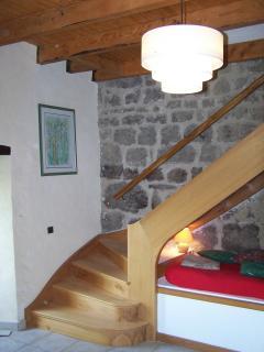 Escalier dans le salon permettant l'accès à la salle de bains et aux 2 chambres  2ème niveau