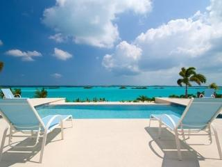 Breezy Palms Waterfront Villa View & Infinity Pool, Providenciales