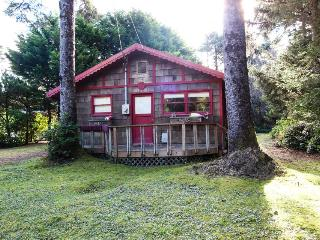 Dog-friendly, romantic cottage in the woods near beach!, Yachats