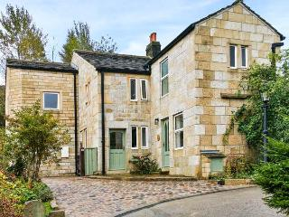 SALTER RAKE GATE COTTAGE, pet-friendly cottage, woodburning stove, WiFi, patio with furniture, near Todmorden, Ref 905529